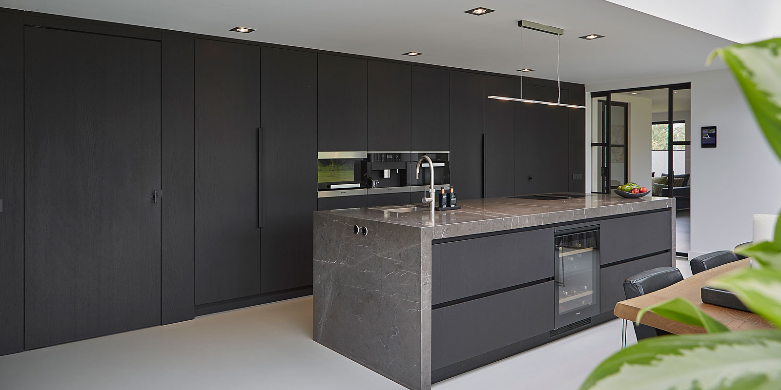 Chic interieur, Mirthe Janus, Open Keuken, Kookeiland, Grijze keuken, strakke keuken, design keuken