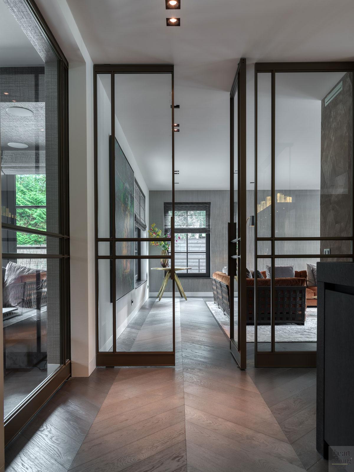High end interieur, Herman Peters, entree, stalen deuren, design deuren, visgraatvloer, houten vloer