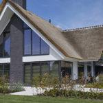 landelijke villa, Buro Smit, luxe, exclusief wonen, rieten dak, vrijstaand bad, stalen deuren