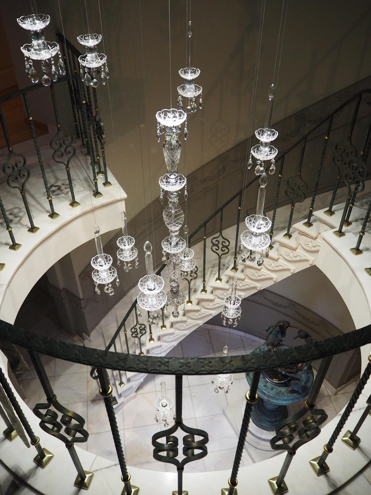 klassieke verlichting, haagsche kunsthandel, luxe uitstraling, kroonluchter, ronde trap, verlichting