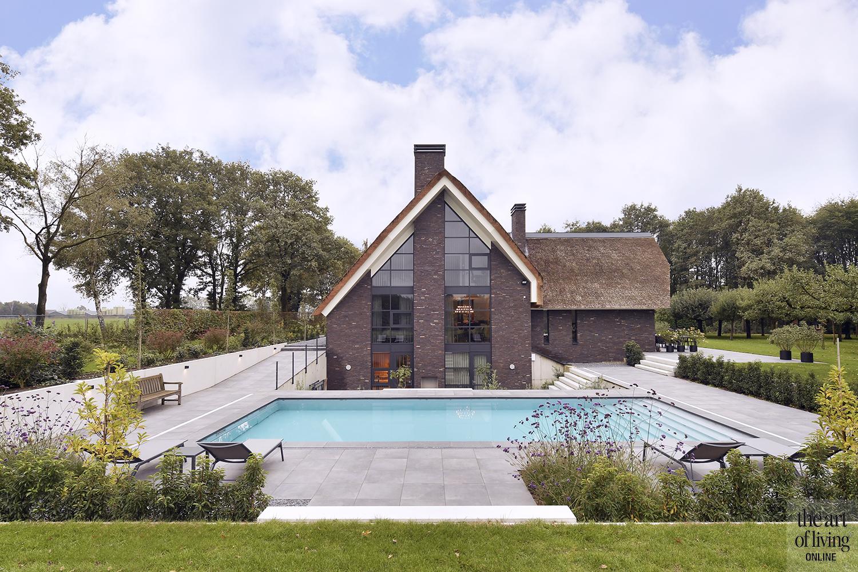 landelijk wonen, Freek Lauwers, villa, rieten dak, stalen deuren, doorkijkhaard, hout, luxe, zwembad