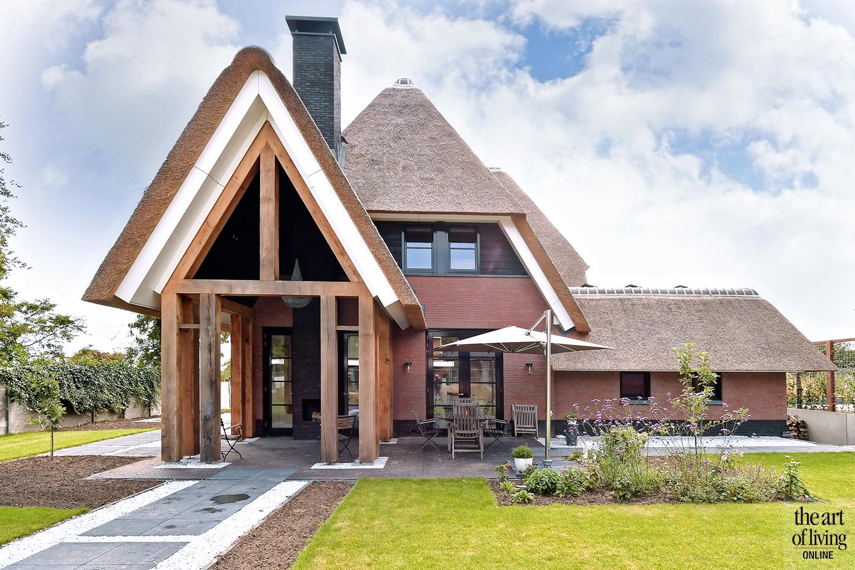 Leefkeuken, EVE architecten, vierkant kookeiland, visgraatvloer, doorkijkhaard, rieten dak, luxe, stalen deuren
