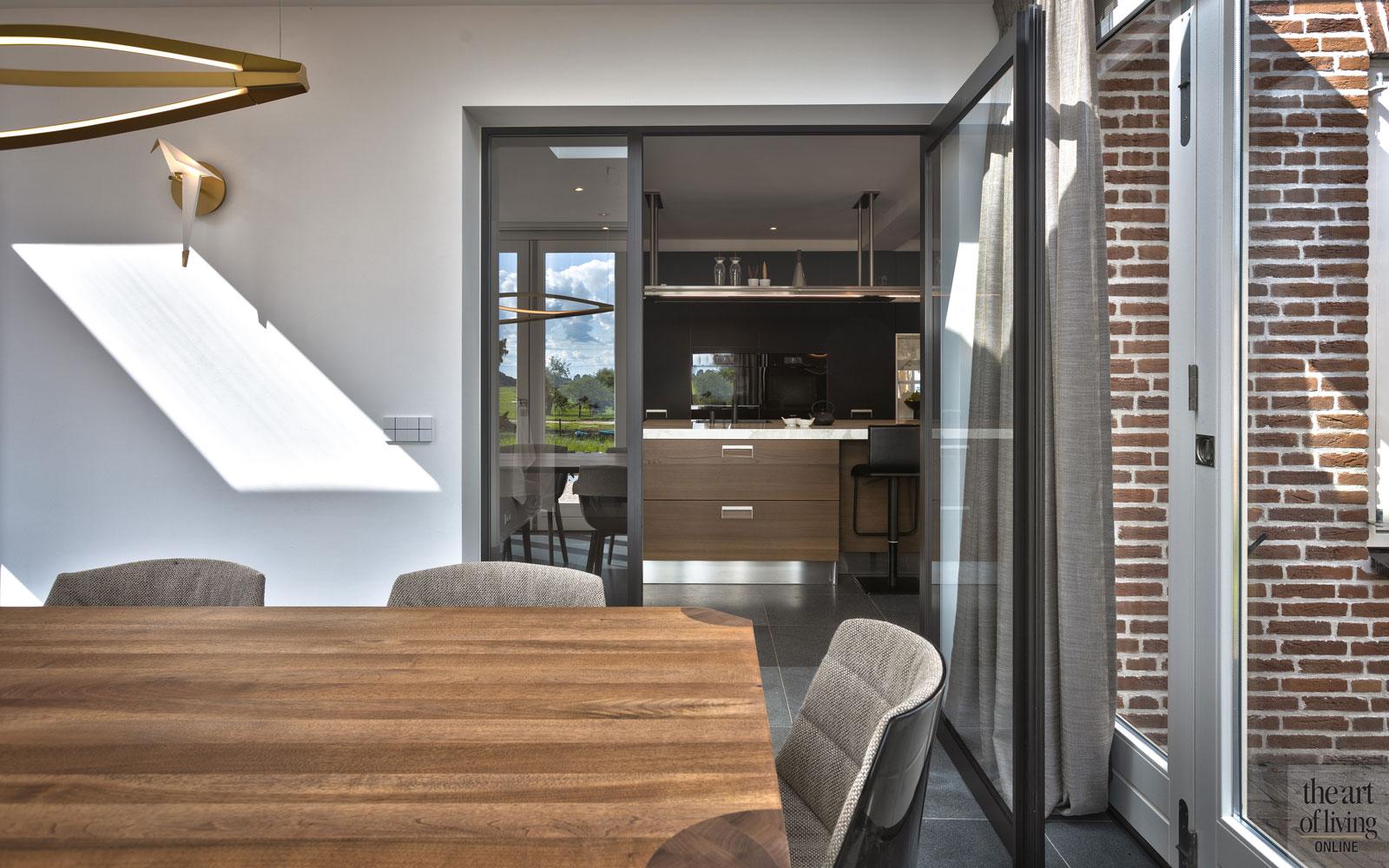 Modern strak, NY BÖRJAN, villa, ruimtelijk, warm interieur, thuis bioscoop, marmeren badkamer