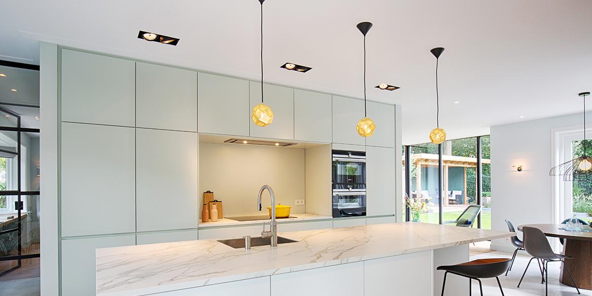 witte keuken, strandNL, jaren '30 villa, maatwerk, licht interieur