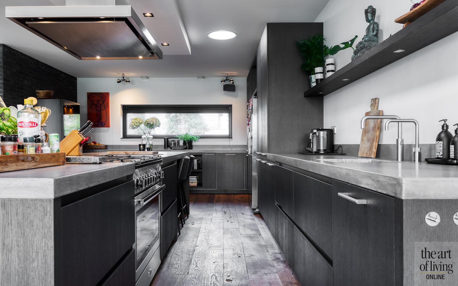 interieur inspiratie, maxim winkelaar, luxe woning, stalen deuren, zwarte keuken, houten vloeren
