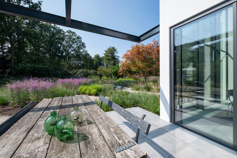 villatuin, studio redd, groene tuin, beplanting, witte villa