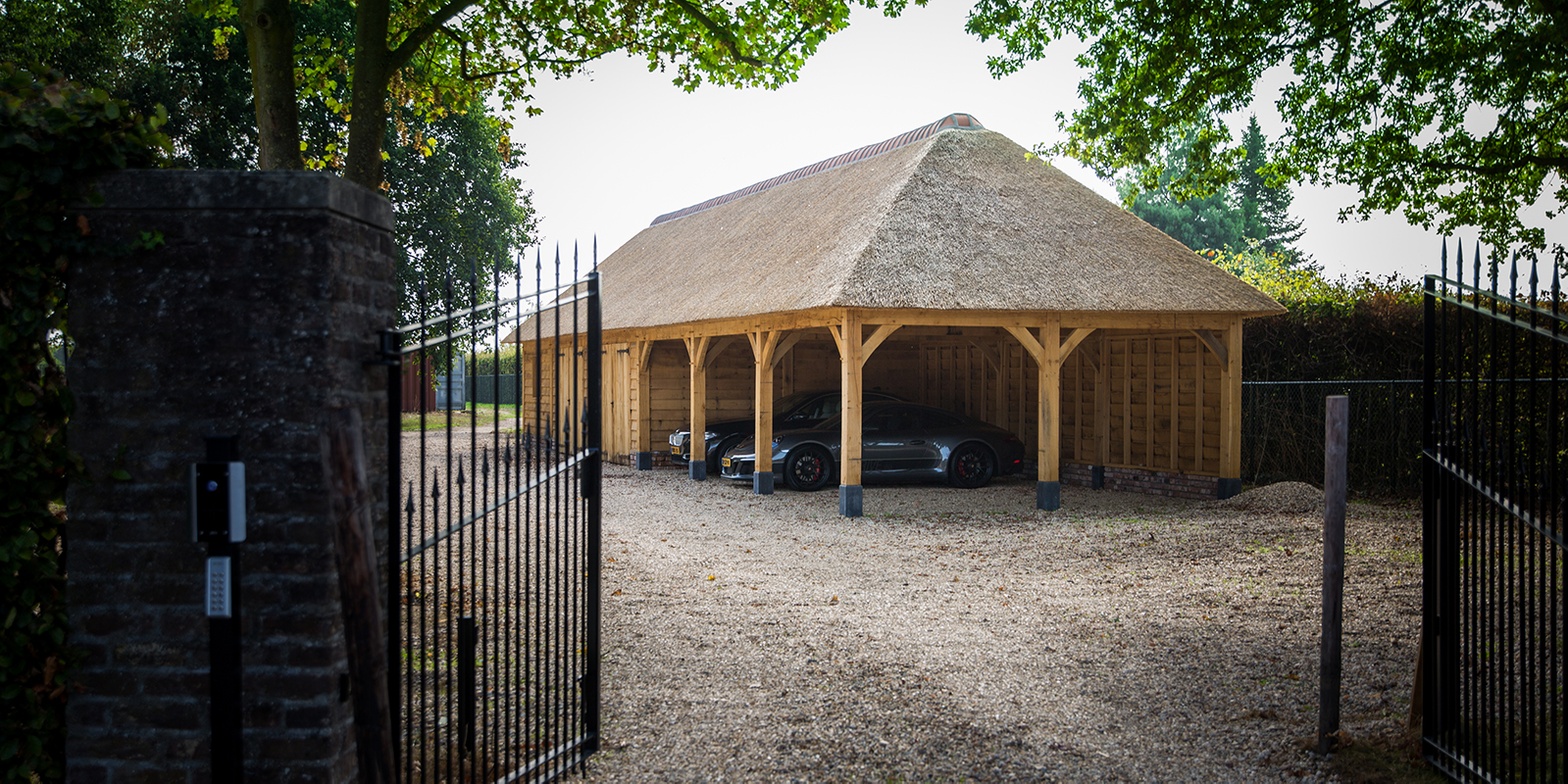 hout en living. houten bijgebouw