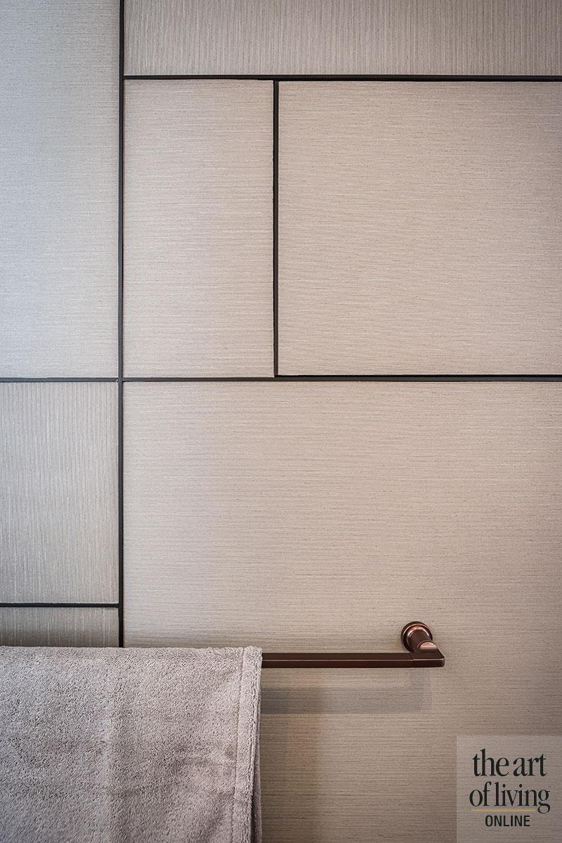 Chique appartement aan zee, luxe, interieurdesign, houten trap