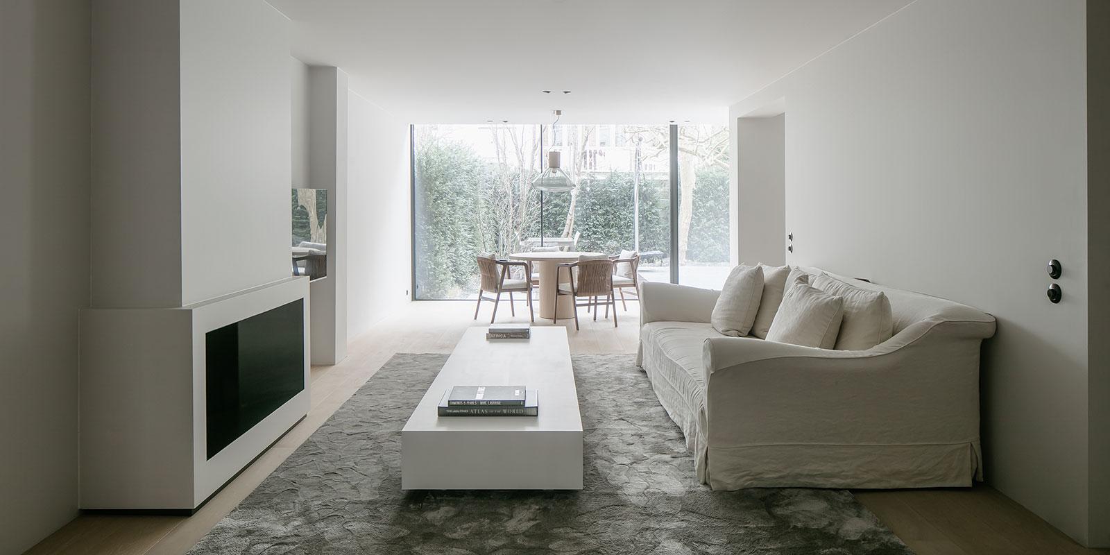 Licht interieur, strak, wit, minimalistisch