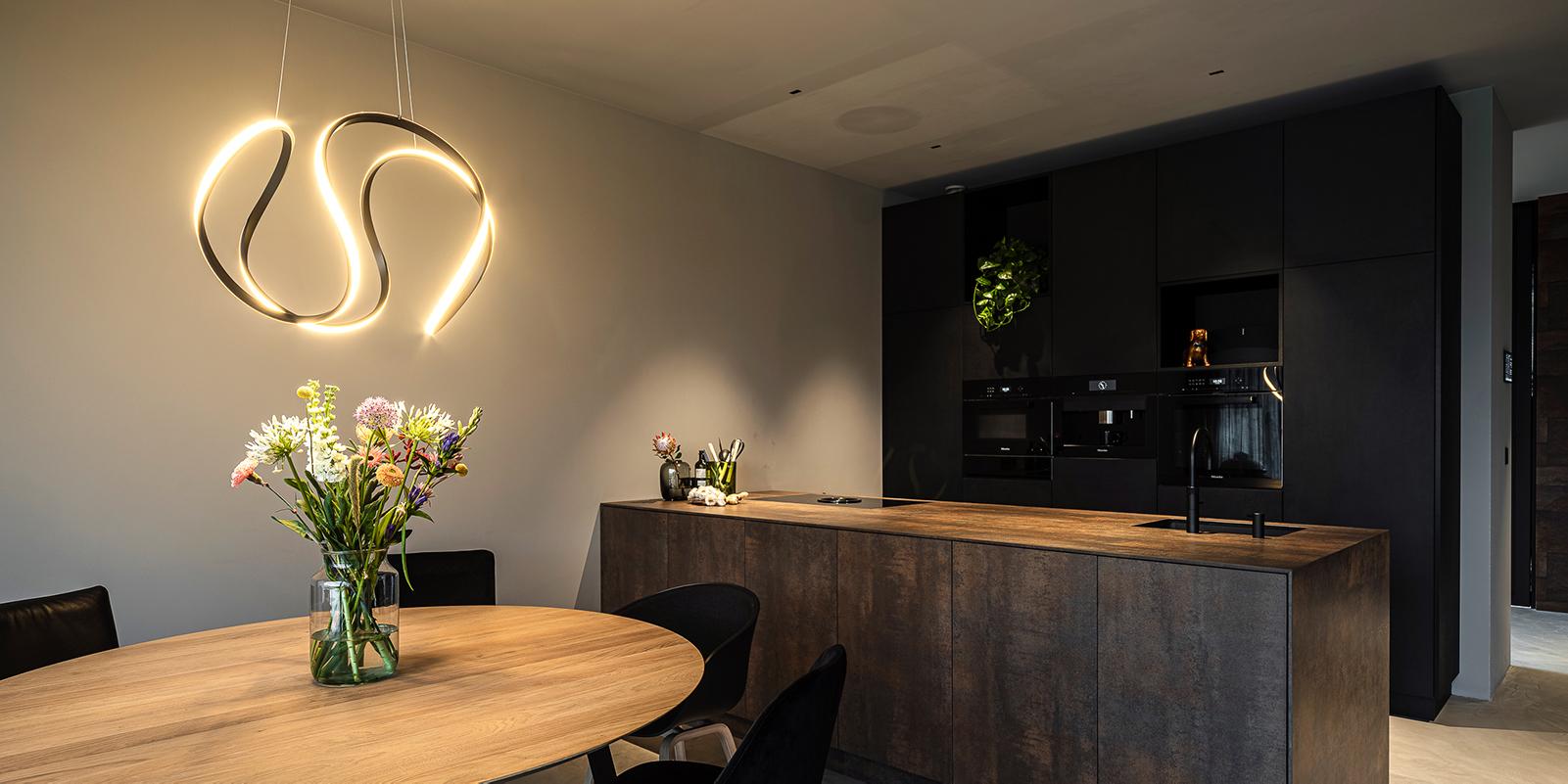 Donkere keuken, van essen keukens, the art of living