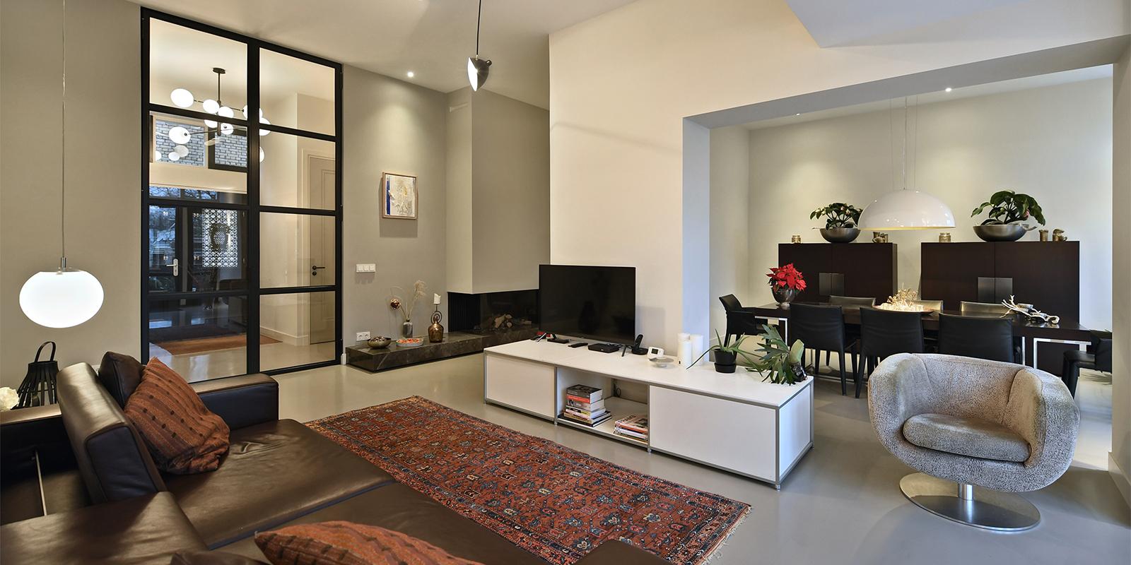 Open interieur, strakke vormgeving, haard, open ruimte, modern