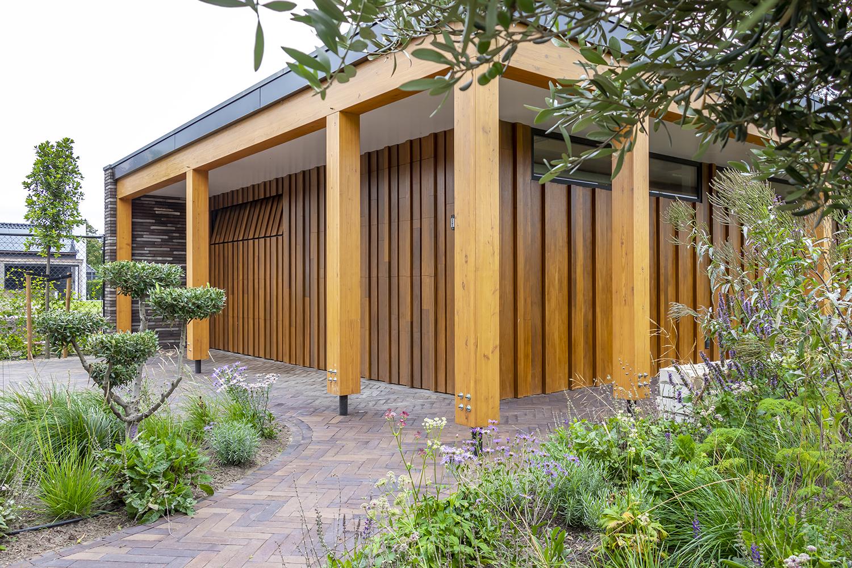 Ambachtelijk vervaardigde houten garagedeur, Different Doors, houten garagedeur