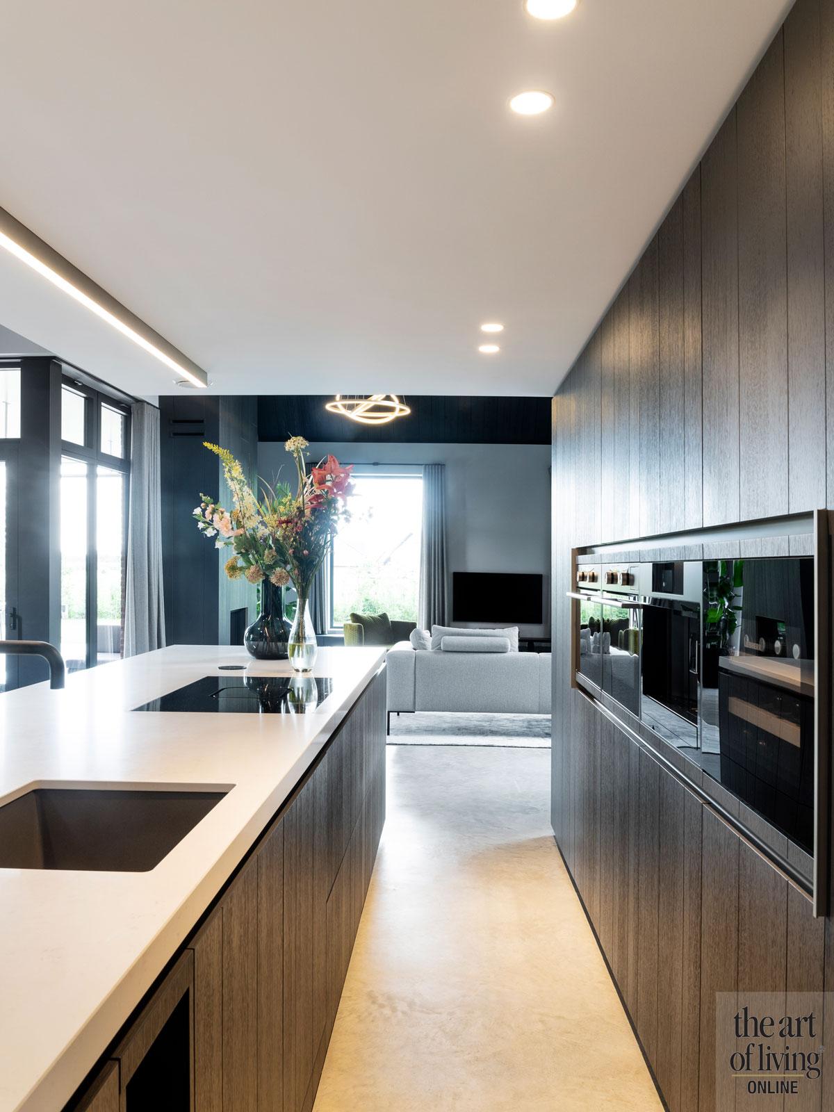 Donkere keuken | Arend Groenewegen woning -Ulicoten, the art of living